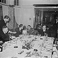 Burgers, een militair en een marineofficier tijdens een feestelijk diner waarbij, Bestanddeelnr 255-9050.jpg