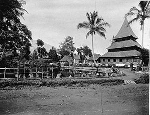 Bingkudu Mosque - Image: COLLECTIE TROPENMUSEUM De heilige visvijver met moskee te Fort de Kock Sumatra`s Westkust T Mnr 60003545