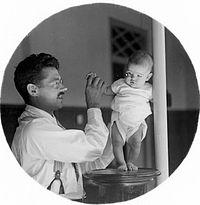 COLLECTIE TROPENMUSEUM Dr. R.A.M. Bergman met baby TMnr 10027169.jpg