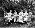 COLLECTIE TROPENMUSEUM Portret van Europese familie(s) met kinderen in de tuin TMnr 10023881.jpg