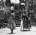 COLLECTIE TROPENMUSEUM Scene uit een Barong- en Krisdans in het voorhof van de dorpstempel TMnr 20000301.jpg