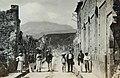 Collectie Nationaal Museum van Wereldculturen TM-60062033 Straatgezicht in St. Pierre, met op de achtergrond de vulkaan Pelee Martinique fotograaf niet bekend.jpg