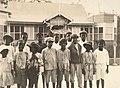 Collectie Nationaal Museum van Wereldculturen TM-60062122 Groepsfoto van kinderen op straat, Port of Spain Trinidad en Tobago fotograaf niet bekend.jpg