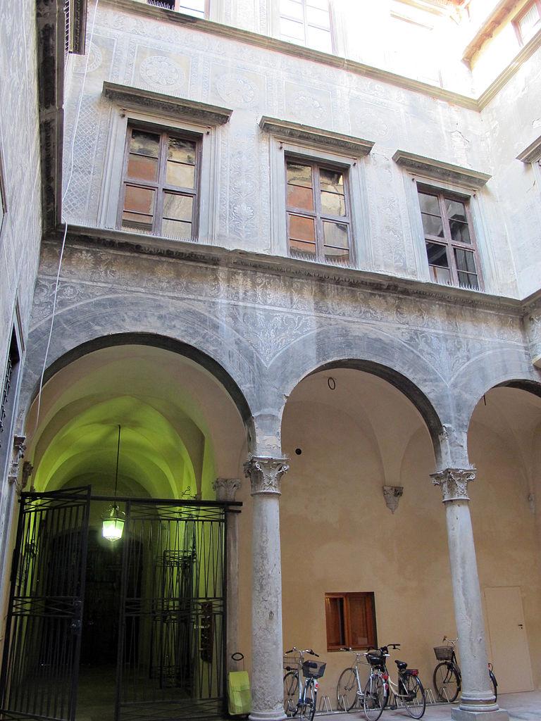 768px-Cortile_di_palazzo_spinelli_01.JPG