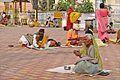 Dévots devant le Ram Raja Temple (Orchha) (8450516645).jpg