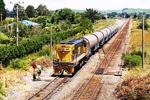 Palmerston North–Gisborne Line - DC4398 shunts milk tanks from Palmerston North at Oringi