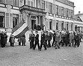 De koninklijke familie staat op het bordes van paleis Soestdijk en kijkt naar he, Bestanddeelnr 907-7260.jpg