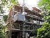 foto van Linkerdeel van een vrijstaand bouwblok bestaande uit twee symmetrische villa's, gebouwd in overgangsarchitectuur, gecombineerd met kenmerken van de 'Stick-style'