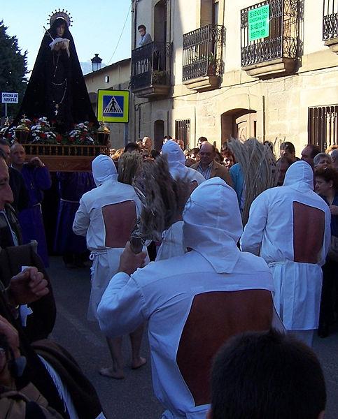 File:Disciplinantes frente a la Virgen.jpg