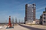 Doesburg, moderne woonpanden aan de IJsselkade met sculptuur Passi d'Oro van Roberto Barni IMG 1926 2018-04-06 11.26.jpg