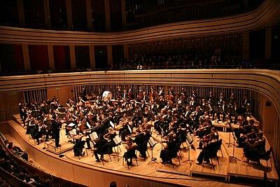 La Orquesta Donhnanyi actuando. El director de esta orquesta tiene los segundos violines a su derecha. Los contrabajos están al fondo, de acuerdo con la colocación alemana.