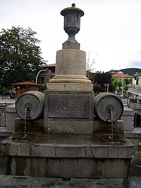 E4689-Azkoitia-main-square-fountain.JPG