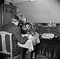 Echtpaar aan tafel in de woonkamer, Bestanddeelnr 252-9333.jpg