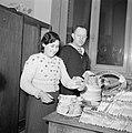 Een vrouw en een matroos bij stapels boterhammen die worden belegd, Bestanddeelnr 255-9478.jpg