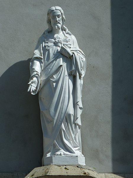 Statue qui se trouve au-dessus de l'entrée de l'église de Notre Dame de Touquettes.