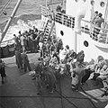 Emigranten (oliem) aan dek van het schip dat hen naar Israel brengt, Bestanddeelnr 255-1101.jpg