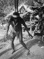 En brorson till medicinmannen Selimo dansar. Rio Pasutó, Chocó, Colombia - SMVK - 004337.tif