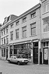 foto van Pand uit het eerste kwart van de 19e eeuw, bestaande uit drie bouwlagen met een kap evenwijdig aan de straat