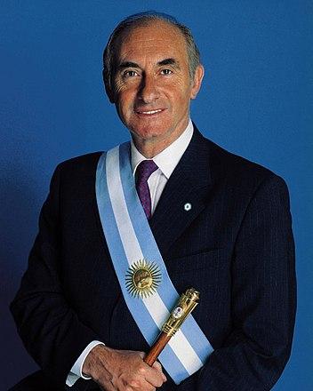Fernando de la Rúa con bastón y banda de presidente