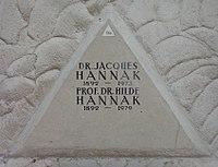 Feuerhalle Simmering - Arkadenhof (Abteilung ALI) - Jacques und Hilde Hannak 02.jpg