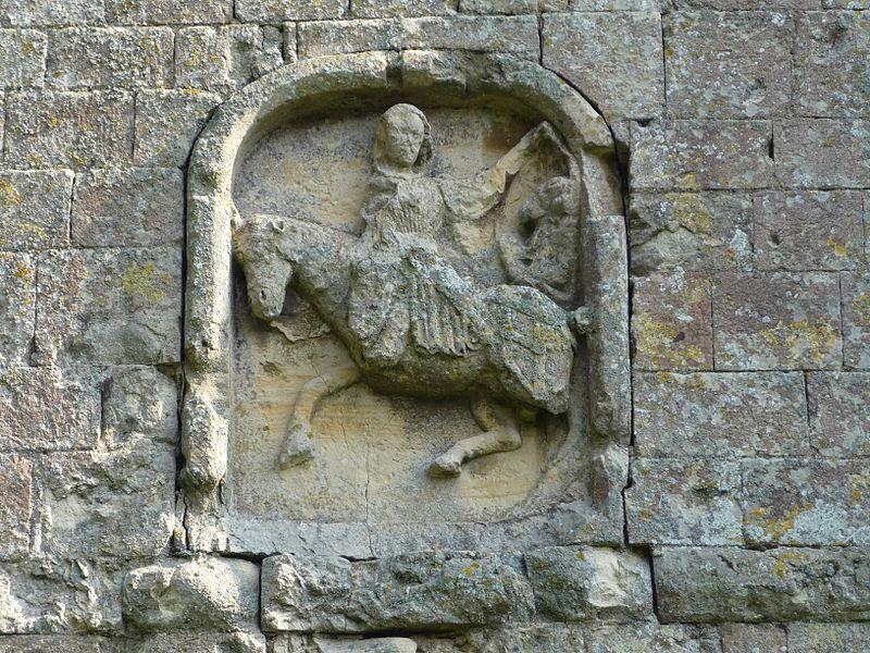 Charité de saint Martin sculptée sur la tour de l'église Saint-Martin de Fontenay-le-Pesnel (Calvados)
