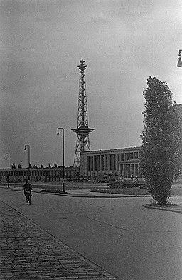 Funkturm und Messehallen Deutsche Fotothek? [CC BY-SA 3.0 de (https://creativecommons.org/licenses/by-sa/3.0/de/deed.en)], via Wikimedia Commons