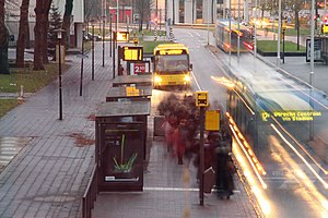 Studentenreisproduct - Passengers boarding a bus on Uithof campus. A majority of the passengers here travel with the free Studentenreisproduct.