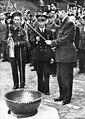 Generaal De Gaulle ontvangt de fakkel, Bestanddeelnr 901-8215.jpg