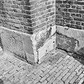Gevel, detail, betonnen voetplaten, schade - Ouderkerk aan den IJssel - 20348501 - RCE.jpg