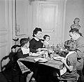 Gezin aan tafel tijdens de maaltijd, Bestanddeelnr 252-9351.jpg