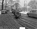 Gladde wegen, fietsrijder voor auto gevallen, Bestanddeelnr 903-8089.jpg