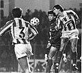 Gorriz, jugador de la Real Sociedad y con el logo de Niessen en la camiseta, pugna con un jugador rival en el viejo estadio de Atotxa en Donostia (Gipuzkoa)-1.jpg