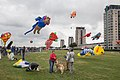 Grote drukte bewolkt en vliegeren vliegerfestival Spijkenisse.jpg