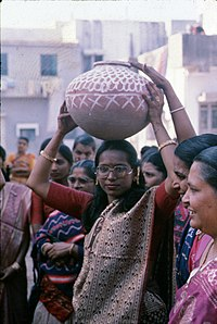 Gujarati carrying water pot.jpg