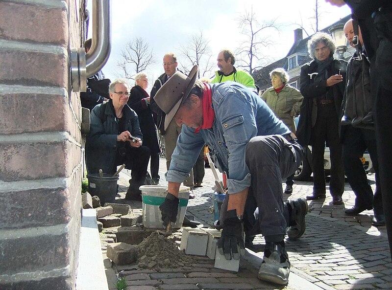 File:Gunter Demnig Utrecht Nieuwegracht 8-4-2010.jpg