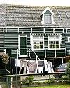 foto van Houten huis onder een lang zadeldak met de nrs 12/14 en 16/17