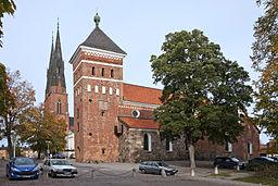 Hellige Treenigheds kirke med Domkirken i baggrunden.