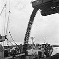 Het laden van ijzererts, waarschijnlijk bij de Orinoco Mining Company (ijzererts, Bestanddeelnr 252-5316.jpg