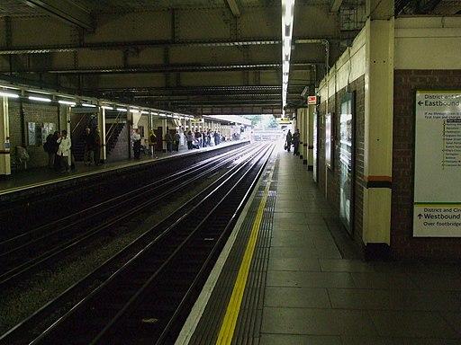 High Street Kensington stn through platforms look anticlockwise