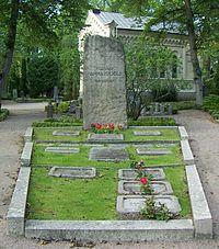 Hjalmar Hammarskölds familjegrav-2.jpg