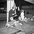 Hulpverleners bij repatrianten op brancards, Bestanddeelnr 255-9053.jpg