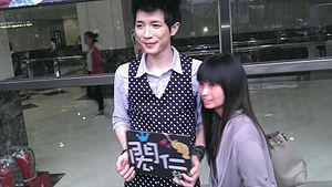 Hung-jen Hsiao with his fan - 2.jpg