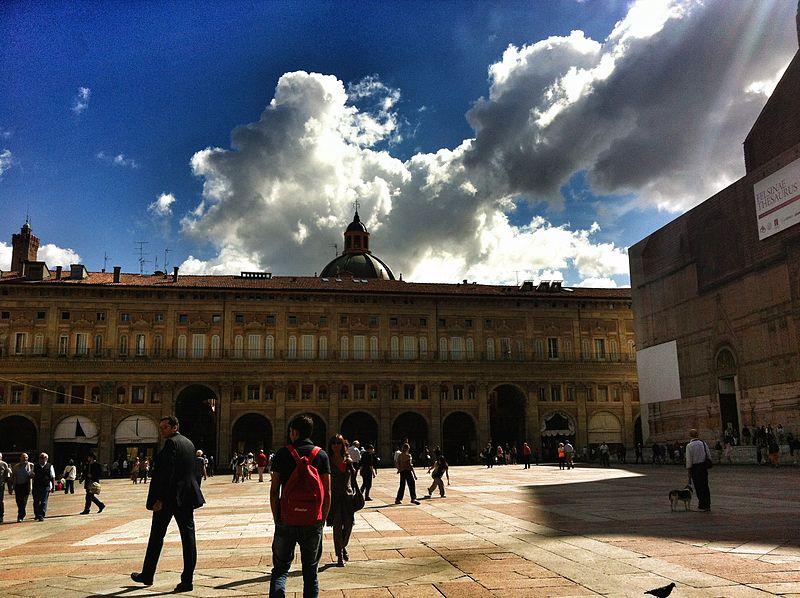 File:Il cielo su Piazza Maggiore.jpg