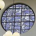 """Interieur, overzicht van het ronde glas-in-loodraam in de noordwand van de stationshal met de voorstelling van """"De Vogeltrek"""", naar ontwerp van prof. Heinrich van Campendonk - Amsterdam - 20389577 - RCE.jpg"""