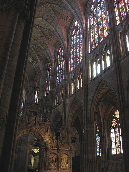 File:Interor de la Catedral de León.jpg
