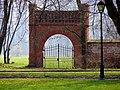 Jabłonna - brama w parku - panoramio.jpg