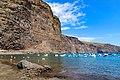 Jachten im Nordatlantik in der Nähe vom Strand Playa De Vueltas mit Blick auf die Klippen auf La Gomera, Spanien (48293847537).jpg