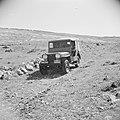 Jeep op een 'track', een onverharde weg, Bestanddeelnr 255-5692.jpg