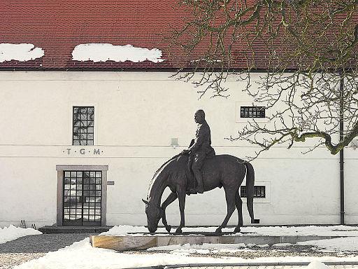 Jezdecka socha TGM pred Muzeem TGM v Lanech