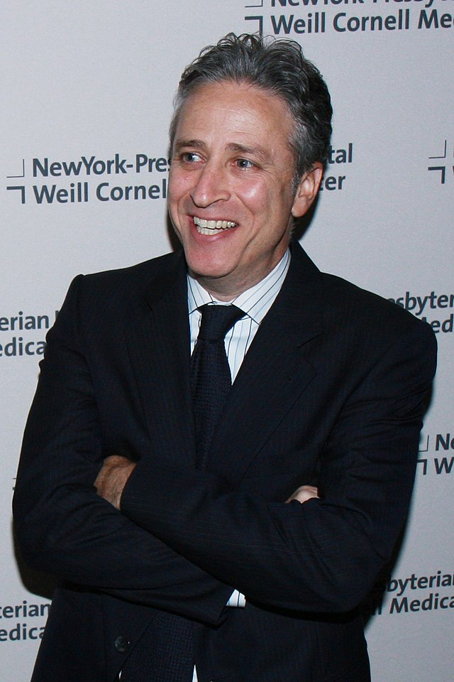 The 54-year old son of father Donald Leibowitz and mother Marian Leibowitz, 170 cm tall Jon Stewart in 2017 photo
